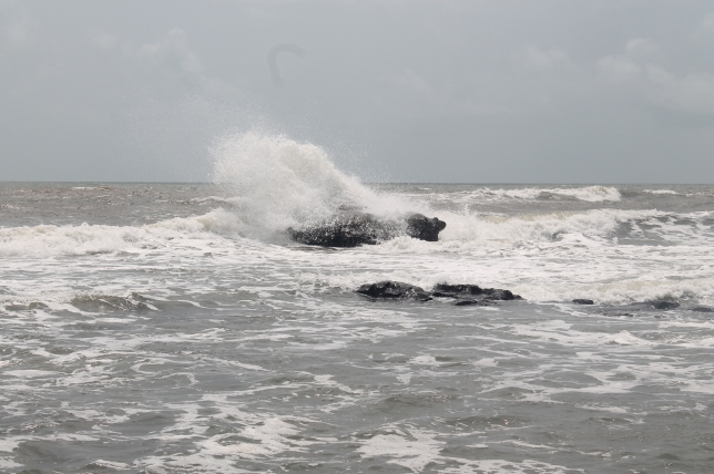 Nature's Force!! Whatta Gushing of Waves!!